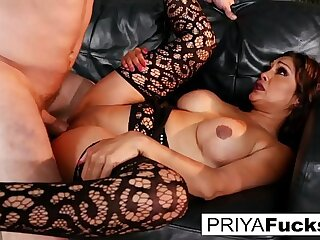 Indian MILF Priya makes her cumback with her 1st onscreen dick in 6.!!