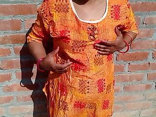 गांव की लडकी को दीवार के पीछे खड़े खड़े चोद दिया